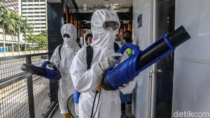 Petugas dari Tim Dekontaminasi Badan Intelijen Negara (BIN) melakukan disinfektan di Halte Tosari, Jl MH Thamrin, Jakarta, Sabtu (9/1/2021). Desinfektan dilakukan di tempat umum untuk meminimalisir dampak virus Corona COVID-19. Saat ini, Jakarta memiliki kasus aktif tertinggi sejak awal pandemi Maret 2020 dengan kasus aktif mencapai 17.382 orang.