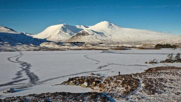 Layanan meteorologi untuk wilayah Inggris Raya, Met Office, telah mengeluarkan peringatan cuaca zona kuning untuk salju dan es yang menutupi hampir seluruh wilayah Inggris.