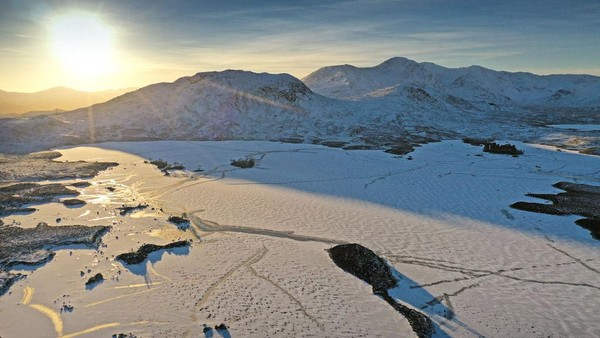 Penampakan danau Lochan na Achlaise yang membeku di Glen Coe, Skotlandia, Jumat (8/1/2021) waktu setempat.