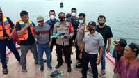 Petugas gabungan menunjukkankabel dan serpihan yang ditemukan diperairan Pulau Laki Kepulauan Seribu.