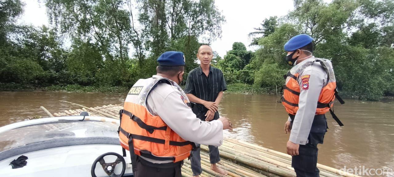 Satpolairud Polresta Banjarmasin mengamankan pria yang hendak 'berlayar' dari Banjarmasin ke Yogyakarta pakai rakit bambu (dok Polresta Banjarmasin)