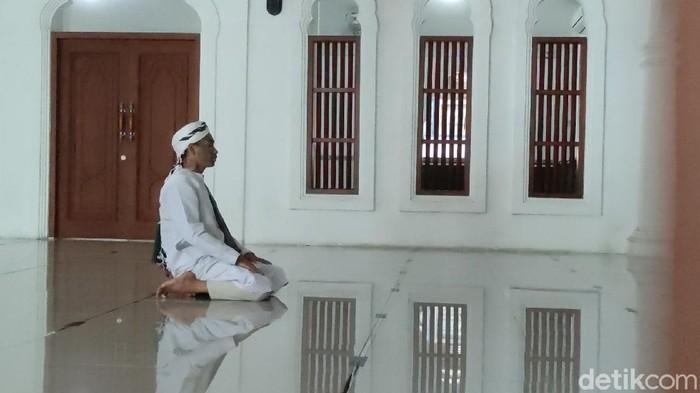 Ahmad Nur Kusuma Yuda (21) pemuda berwajah penuh tato memutuskan hijrah dan kini ingin berdakwah. Yuda ditemui di  Masjid Jami Al-Istiqomah di Jalan Kusuma Wardani, Pleburan, Kota Semarang, Sabtu (9/1/2021).