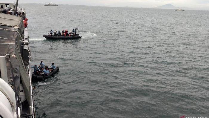 Dua Sea Rider Kopaska bersiap melakukan pencarian korban dan puing pesawat Sriwijaya Air SJ 182 yang jatuh di Perairan Kepulauan Seribu, Minggu (10/1/2021) (ANTARA/Fauzi Lamboka).