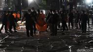 Foto: Kantong Jenazah Korban Sriwijaya Air Dibawa ke RS Polri