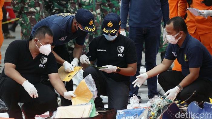 Serpihan pesawat Sriwijaya Air SJ182 yang berhasil ditemukan dikumpulkan di JITC 2 Tanjung Priok, Jakarta. Begini kondisinya.