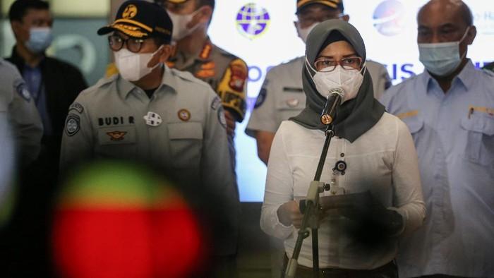 Juru Bicara Kementerian Perhubungan Adita Irawati (keenam kiri) memberikan keterangan pers terkait hilangnya kontak pesawat Sriwijaya Air SJ182 di Terminal 2D Bandara Soekarno-Hatta, Tangerang, Banten, Sabtu (9/1/2021). Dalam konferensi pers tersebut dinyatakan bahwa pesawat Sriwijaya Air SJ182 rute Jakarta-Pontianak yang membawa 50 penumpang dan 12 kru pesawat telah hilang kontak sekitar pukul 14.55 WIB saat berada di antara Pulau Laki dan Pulau Lancang, Kepulauan Seribu. ANTARA FOTO/Fauzan/foc.