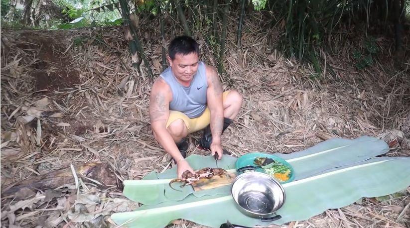 Wow! YouTuber Ini Masak Daging Tikus Bambu di Tengah Hutan