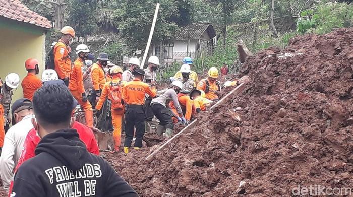 Petugas tengah mencari sejumlah orang yang tertimbun longsor di Sumedang