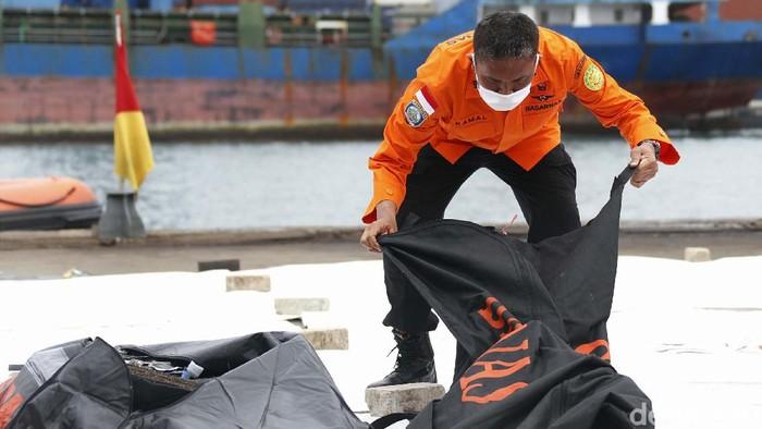 Basarnas kembali menerima 8 body bag terkait evakuasi Sriwijaya Air SJ182. Lima dari 8 body bag itu berisi potongan tubuh manusia.