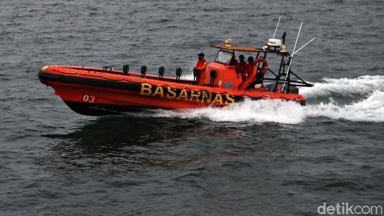 Petugas dari TNI AL Kopaska, Taifib, Denjaka dan Dislambair melakukan pencarian pesawat Sriwijaya Air SJ182. Sriwijaya Air SJ182 jatuh di perairan Kepulauan Seribu.