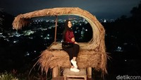 Puncak Dabo memiliki 10 spot hunting foto untuk wisatawan dengan latar pemandangan kota Samarinda. Ada pintu tembus pandang, rumah terbalik, bintang bulan, dan yang menjadi primadonanya ialah latar rumah Marsupilami (Muhammad Budi Kurniawan/detikcom)