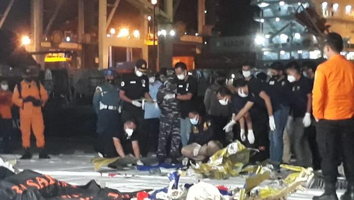 Tim penyelam TNI AL mengevakuasi 15 serpihan dan 5 pakaian diduga milik penumpang Sriwijaya Air SJ182.