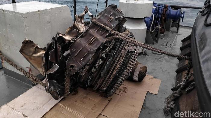 Turbin pesawat Sriwijaya Air SJ182 berhasil ditemukan. Potongan mesin pesawat jenis Boeing 737-500 tersebut diangkat dengan crane milik KRI Cucut-866.