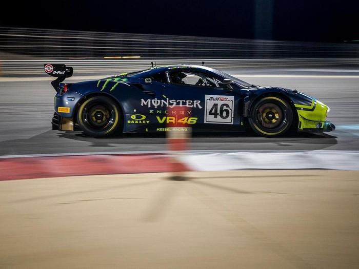 Valentino Rossi balapan pakai mobil