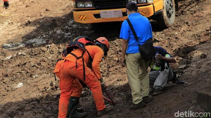 Pencarian korban longsor di Kampung Bojongkondang, Desa Cihanjuang, Cimanggung, Kabupaten Sumedang dilanjutkan. Masih 27 orang yang belum ditemukan.