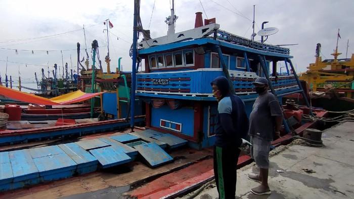 Aktivitas nelayan cantrang di TPI 2 Tasikagung Rembang