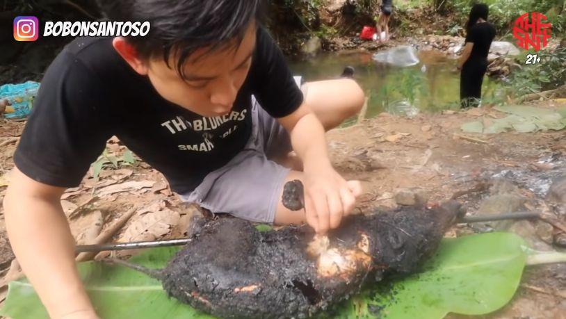 Nyeleneh! YouTuber Masak Babi Hutan Pakai Bumbu Micin 3 Bungkus