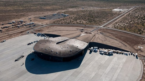 Spaceport City bukanlah proyek bandara antariksa perkotaan pertama. Di Houston, kota terbesar keempat di AS dan rumah bagi program astronot NASA, sebuah pekerjaan serupa sedang dilakukan untuk mengubah Bandara Ellington menjadi bandara antariksa komersial.