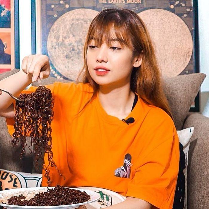 Cantiknya Bela Kuku, Selebgram Mirip Lisa BLACKPINK yang Hobi Makan