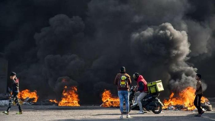 Demonstran di Nasiriyah Irak, episentrum gerakan protes yang pecah pada Oktober 2019, menuntut pembebasan rekan-rekannya yang telah ditangkap dalam beberapa pekan terakhir. (AFP Photo)
