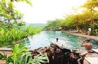 Untuk fasilitas resor, ada kolam renang Telaga Manis dengan pemandangan hamparan hijau eksotis yang menyegarkan mata. Di telaga ini juga bisa menum kopi sembari bersantai dengan keluarga.
