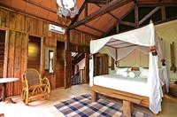 Ornamen khas berupa kayu seolah jadi identitas dari kamar-kamar di resor ini.