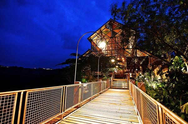 Dari websitenya, hrga per malam menginap di Desa Alamanis mulai dari Rp 750.000 - Rp 1.750.000.