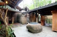 Mereka menawarkan beranda dengan pemadnangan asri perdesaan, dilengkapi dengan kamar mandi pribadi terbuka dengan fasilitas lengkap.