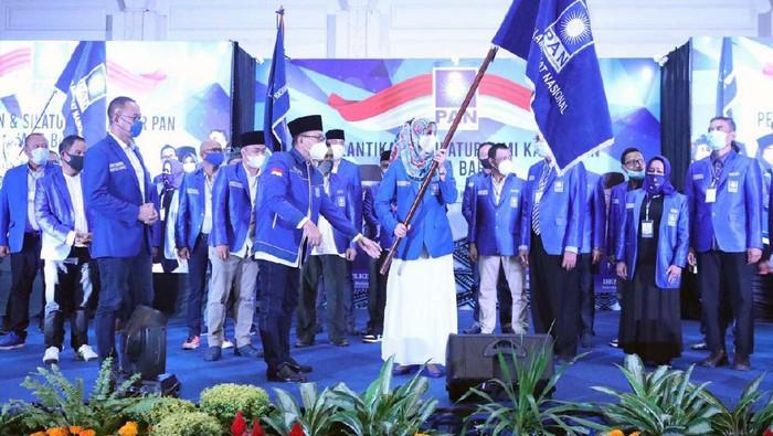 Desy Ratnasari terpilih menjadi Ketua DPW PAN Jawa Barat periode 2020-2025. Artis sekaligus anggota DPR RI itu dilantik pada Minggu (10/5).