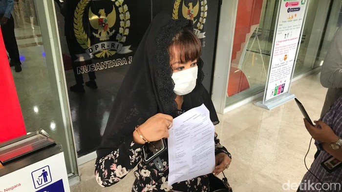 Dewi Tanjung melaporkan Fadli Zon ke MKD DPR RI (Rolando Fransiscus Sihombing/detikcom).