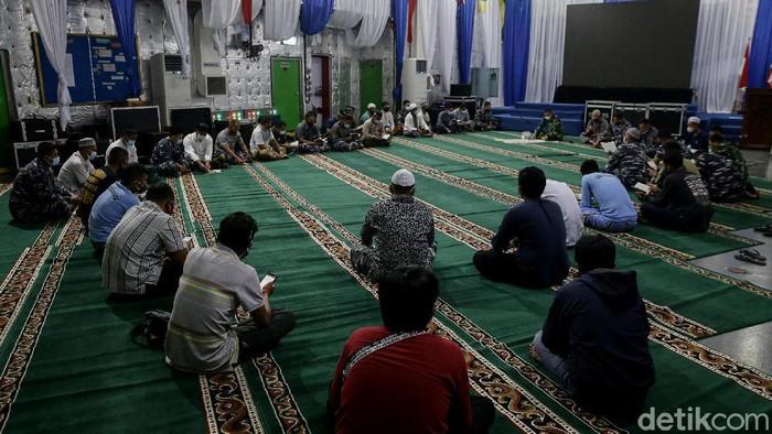 Prajurit TNI menggelar doa bersama untuk para korban Sriwijaya Air SJ182. Doa bersama itu digelar di KRI Semarang.