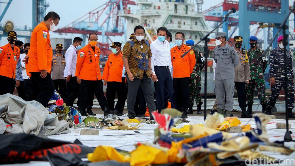 KRI Parang kembali membawa temuan hasil pencarian pesawat dan penumpang Sriwijaya Air SJ182. Hasil temuan petugas itu dikumpulkan di JITC II, Jakarta.
