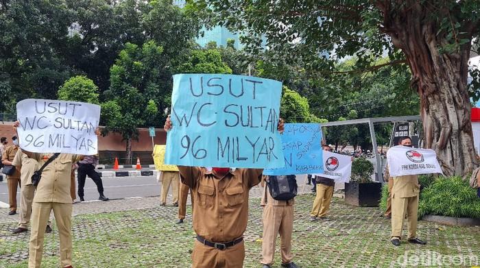 Guru honorer kabupaten Bekasi demo di depan KPK.