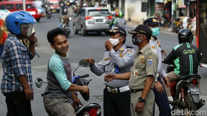 Pelaksanaan Pembatasan Kegiatan Masyarakat (PPKM) di Jawa-Bali, mulai diterapkan pada Senin (11/01/2021). Masih banyak warga yang melanggar Prokes.