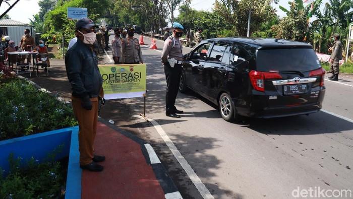 Operasi yustisi dilakukan di hari pertama Pemberlakuan Pembatasan Kegiatan Masyarakat (PPKM) di Kota Bandung. Pelanggar Prokes dihadiahi masker.