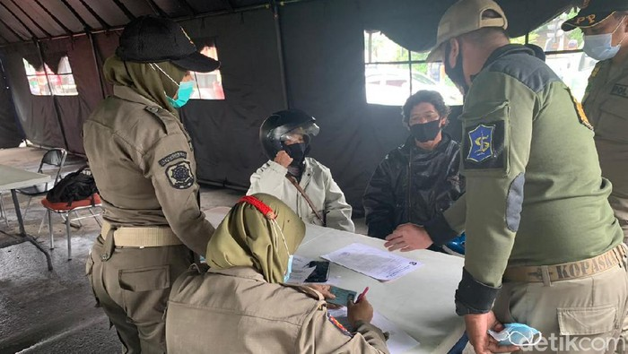 Hari Pertama PPKM di Oso Wilangon Belasan Pengendara Ditilang KTP