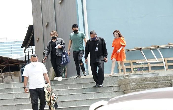 Musisi Ifan Seventeen bersama Citra saat ditemui dikawasan Tendean, Jakarta, Senin, (11/1/2021).