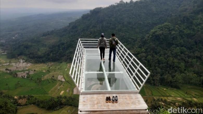 Jembatan kaca di Gumuk Reco