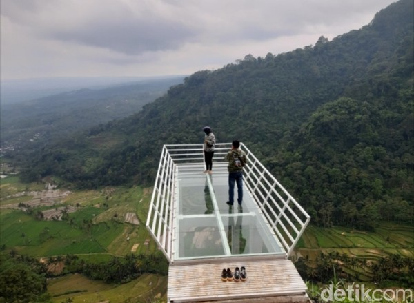 Jembatan kaca maksimal dinaiki oleh tiga wisatawan yang berkunjung setiap sesi.