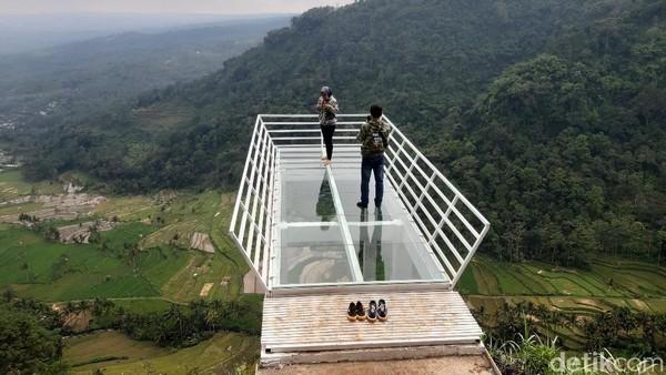 Traveler yang suka menantang adrenalin bisa kunjungi Gumuk Reco. Ada jembatan kaca sepanjang enam meter di atas ketinggian 800 mdpl. (Akbar Hari Mukti/detikcom)