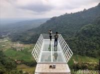Di sini kamu bisa menikmati keindahan dari ketinggian 800 mdpl.