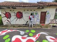 Kampung Lukis Kebon Jeruk Cianjur juga menjadi sarana kampanye protokol kesehatan di tengah pandemi COVID-19.