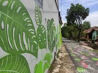 Tak hanya jalanan, dindingnya pun dilukis.