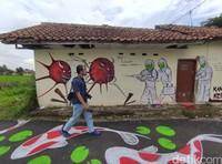 Tak hanya mural, wisatawan yang ke sini juga diimbau untuk menggunakan masker oleh warga.