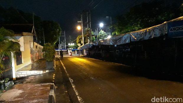 Kawasan angkringan kopi joss, utara Stasiun Tugu, Kota Yogyakarta, di hari pertama pelaksanaan PTKM, Senin (11/1/2021).
