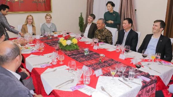Acara diakhiri dengan jamuan makan malam yang menyuguhkan masakan khas Indonesia, antara lain lumpia, gulai ayam, rendang dan nasi goreng. Dalam jamuan makan, Dubes Berlian menjelaskan potensi ekonomi dan daya tarik budaya serta wisata Indonesia seperti Rumah Woloan dari Sulawesi (KBRI Pyongyang)