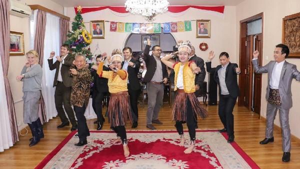 Dalam pertemuan bersama kalangan diplomatik asing dan organisasi internasional di Wisma Duta KBRI Pyongyang, Jumat pekan lalu (08/01), acara dibuka dengan tarian tradisional medley asal Sumatera Utara, Kalimantan Tengah, Betawi, Bali, Sulawesi Utara, Maluku dan Papua dan dilanjutkan dengan tarian interaktif Poco-Poco yang diikuti para tamu asing tersebut dengan suka cita(KBRI Pyongyang)