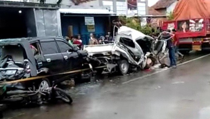 Kecelakaan mengerikan akibat rek blong terjadi di Kudus. Sebuah pick up dan MPV terjepit dua buah truk di sebuah persimpangan jalan.