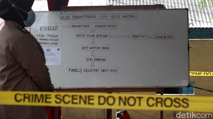 Keluarga korban pesawat Sriwijaya Air SJ182 terus berdatangan ke RS Polri. Kedatangan mereka terkait dengan upaya identifikasi para korban Sriwijaya Air SJ182.