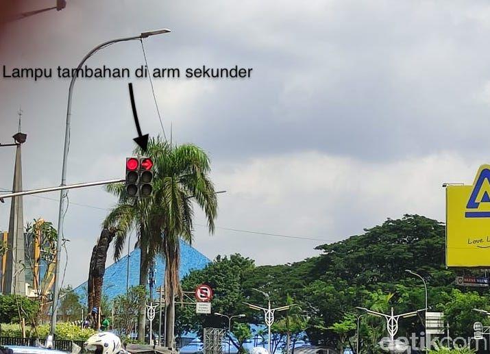 Lampu tambahan di arm sekunder, Jl Metro Pondok Indah arah Jl Margaguna Raya. (Taufieq Renaldi Arfiansyah/detikcom)